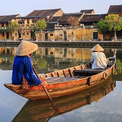 Tranh phong cảnh quê hương đẹp nhất: mã in Vietnamese women paddling in old town in Hoi An city, Vietnam