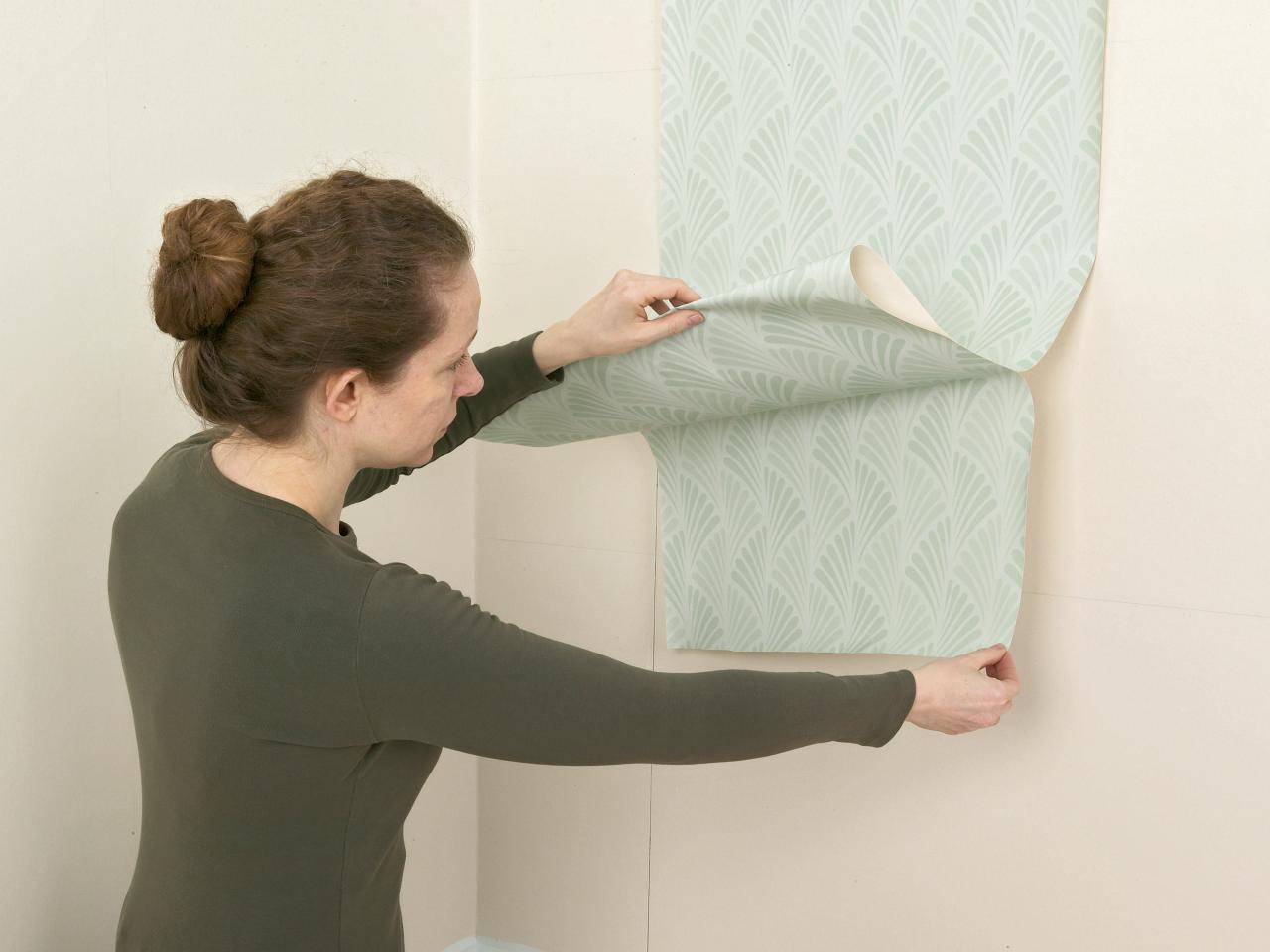 Dán giấy dán tường sẽ phải ghép từng mảnh nhỏ khá kỳ công