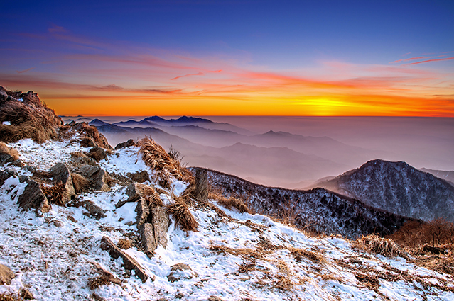 18 mẫu tranh phong cảnh đẹp 2020: mã in Winter landscape with sunset and foggy in Deogyusan mountains, S